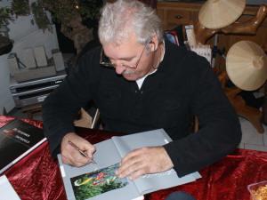 """Jos Aben signeert zijn boek """"De geheimen van koi ontrafeld"""""""
